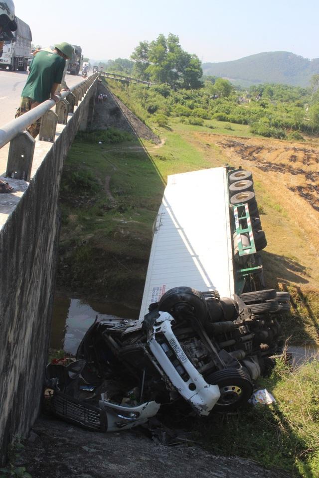 Xe container lao thẳng xuống chân cầu sau khi tông xe khách - 3