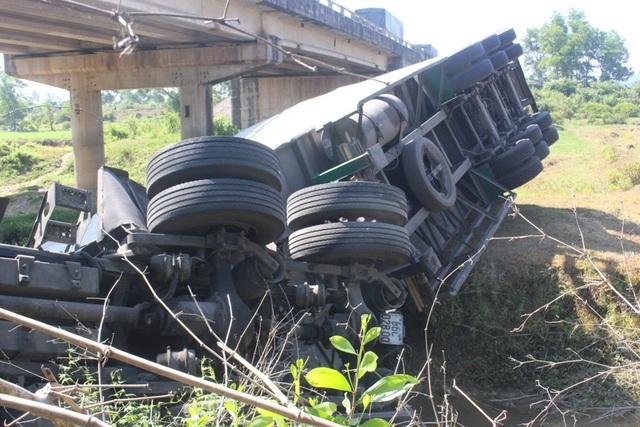 Xe container đã lao xuống cầu sau khi tông ô tô khách