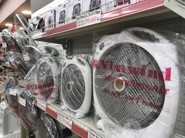 Mức giá tăng khoảng 10-15% của các dòng điều hòa khiến nhiều người dân không thể đáp ứng, và buộc phải chuyển sang các nhóm sản phẩm làm mát rẻ hơn như quạt điện, máy phun sương,...