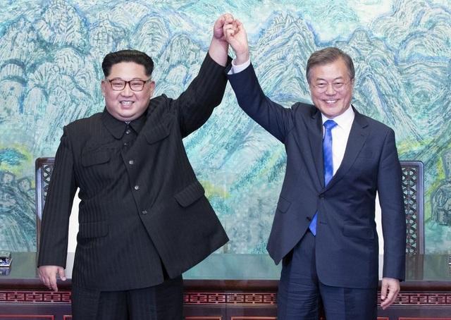 Tổng thống Moon Jae-in và nhà lãnh đạo Kim Jong-un gặp nhau hồi tháng 4 (Ảnh: Reuters)