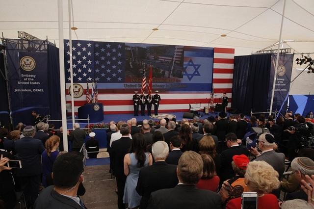 Mỹ ngày 14/5 đã khánh thành đại sứ quán mới của nước này tại thành phố Jerusalem, bất chấp sự phản đối của Palestine và nhiều quốc gia trên thế giới. Trong ảnh: Lễ thượng cờ và hát quốc ca tại lễ khánh thành đại sứ quán của Mỹ tại Jerusalem. (Ảnh: AP)
