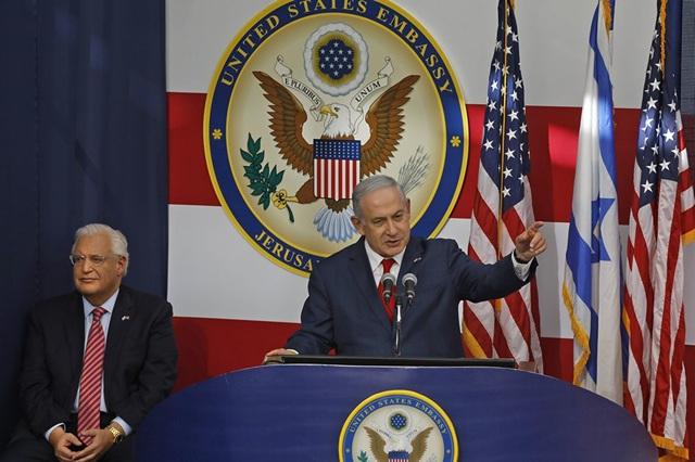 """Phát biểu tại lễ khánh thành đại sứ quán Mỹ, Thủ tướng Israel Benjamin Netanyahu ca ngợi """"hôm nay là ngày tuyệt vời"""" với Jerusalem và Israel, đồng thời cám ơn """"sự dũng cảm"""" của Tổng thống Trump khi giữ lời hứa chuyển đại sứ quán. Trong ảnh: Thủ tướng Israel phát biểu tại lễ khánh thành đại sứ quán Mỹ. (Ảnh: AFP)"""
