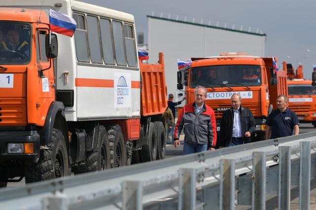 Hàng loạt xe tải, cần cẩu và các phương tiện hạng nặng khác đã chở theo các công nhân xây dựng dự lễ khánh thành cây cầu nối đất liền Nga với Crimea - một trong những dự án xây dựng hoành tráng nhất của Nga trong những năm gần đây.