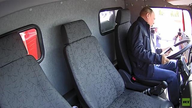 Tổng thống Putin đã mời ông Alexander Ostrovsky, giám đốc điều hành của công ty xây dựng cầu SGM-Most, lên ngồi cùng ông trên xe tải.