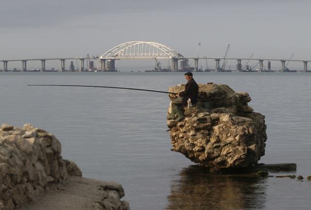 Cây cầu được thiết kế nhằm mục đích kết nối hệ thống giao thông của Crimea với phần đất liền Nga, từ đó giúp Crimea sớm hội nhập với Nga. Cây cầu dài 19km còn là công trình mang tính biểu tượng, sau khi Nga sáp nhập Crimea vào lãnh thổ từ năm 2014.