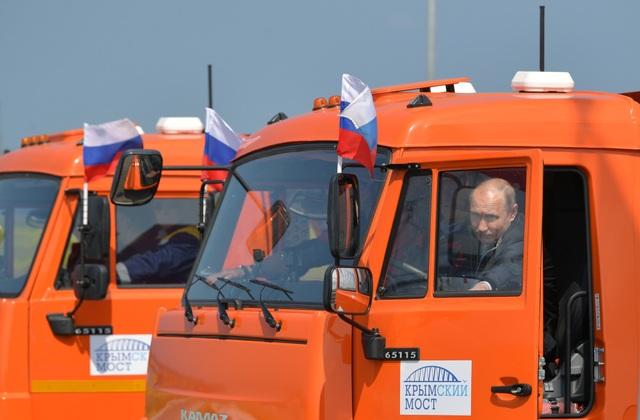 Xe do Tổng thống Putin cầm lái đã dẫn đầu đoàn xe di chuyển trên cây cầu 4 làn bắc qua eo biển Kerch.