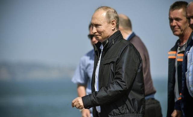 Tổng thống Vladimir Putin hôm nay 15/5 đã tham gia lễ khánh thành cây cầu nối đất liền Nga với bán đảo Crimea. Ông Putin đã mặc quần jean và áo khoác gió, thay vì đồ công sở như thường thấy, khi tới dự sự kiện.