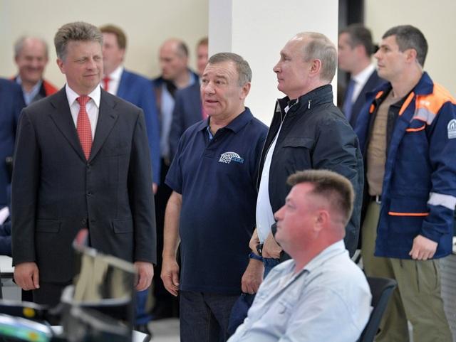 Tổng thống Putin, Bộ trưởng Giao thông Maxim Sokolov (trái) và doanh nhân Arkady Rotenberg (thứ hai từ trái sang) thăm trung tâm kiểm soát giao thông trên cầu nối Nga - Crimea.
