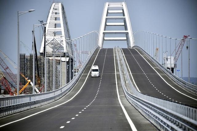 Cầu nối đất liền Nga với Crimea gồm 2 phần, bao gồm một phần dành cho các phương tiện đường bộ và phần còn lại dành cho tàu chạy trên đường sắt. Phần đường sắt dự kiến sẽ được hoàn thiện vào năm sau.