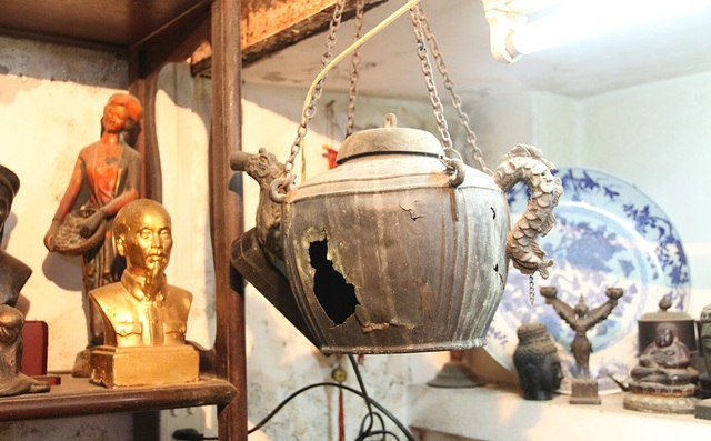 Chiếc ấm đun nước bằng đồng có từ hàng trăm năm trước được ông sưu tầm.