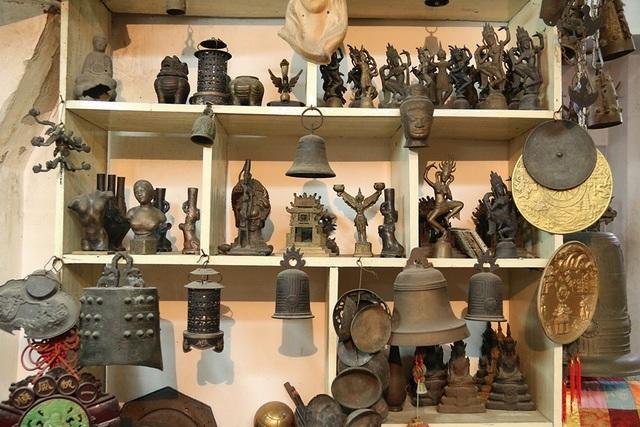 Sống với đam mê nghề đúc tượng đồng, nghệ nhân Nguyễn Văn Khang có nhiều năm tìm hiểu cũng như đi khắp nơi để tìm mua, sưu tầm những vật dụng cổ được làm bằng đồng. Ông còn đi nước ngoài, đặc biệt là Trung Quốc để tìm hiểu các công nghệ đúc đồng.