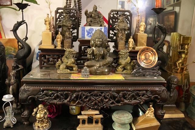 Tất cả tượng hiện có trong căn nhà nhỏ của ông được sắp xếp theo thứ tự. Chiếc sập gỗ xếp kín các bức tượng chân dung lãnh tụ, đồ thờ cúng, linh vật, tượng Phật...