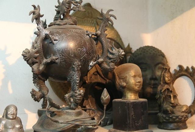 Chiếc lư hương cổ bằng đồng. Theo nghệ nhân Khang, đây là chiếc lư hương có một không hai ở Việt Nam mà ông phải mất nhiều thời gian, công sức cũng như tiền bạc mới có được.