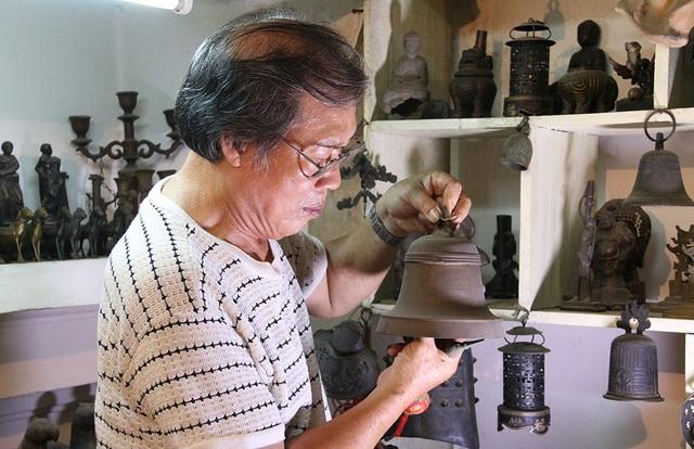 Hàng ngày, ngoài làm việc bên xưởng đúc, ông Khang thường xuyên lau chùi, kiểm tra những báu vật vô giá mà ông đang sở hữu.