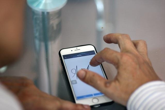 Do không sử dụng smartphone thành thạo nên nhiều người phải đến tận cửa hàng giao dịch để đăng ký.