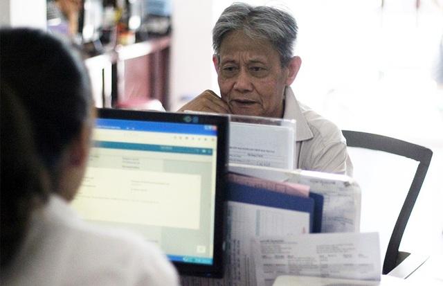 Nhiều người lớn tuổi không thạo công nghệ đến tận các cửa hàng giao dịch để được nhân viên hướng dẫn chi tiết.