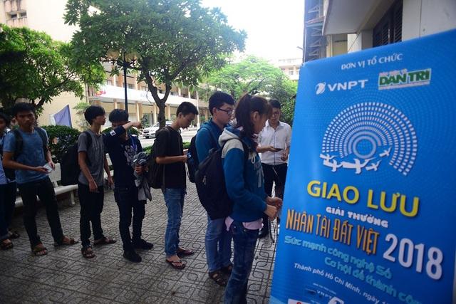 Ngay từ sớm, nhiều sinh viên đã đến để tham dự buổi giao lưu