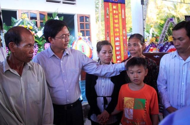 Chủ tịch UBND tỉnh Bình Định Hồ Quốc Dũng động viên thân nhân hiệp sĩ Thôi.