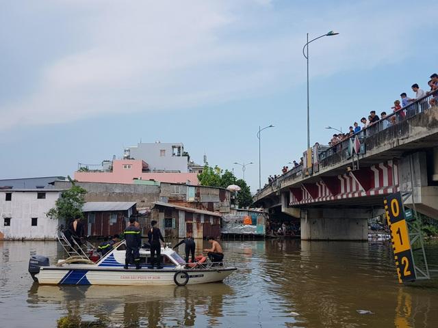 Lực lượng chức năng tổ chức người nhái lặn tìm nạn nhân