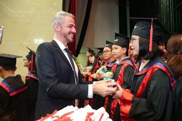 Đại diện của Tổ chức Cambridge trao chứng chỉ cho học viên.