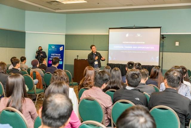Đông đảo chuyên gia người Việt trẻ đang làm việc tại các công ty lớn của Mỹ như Google, Cisco, Analysis… có mặt từ sớm để cập nhật thông tin về sự phát triển của ngành tại Việt Nam