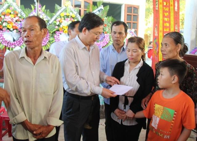 Chủ tịch UBND tỉnh Bình Định Hồ Quốc Dũng trao sổ tiết kiệm 108 triệu đồng cho cháu Nguyễn Thành Đạt - con trai hiệp sĩ Thôi.