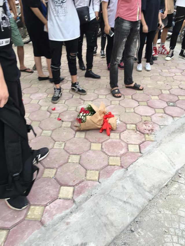 Sau 3 giờ đợi chờ, chàng trai vứt lại bó hoa rồi bỏ về (Ảnh: Nguyễn Thế Sơn)