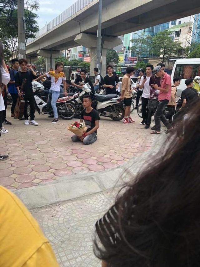 Nhiều sinh viên và người dân hiếu kỳ vây xem sự việc.
