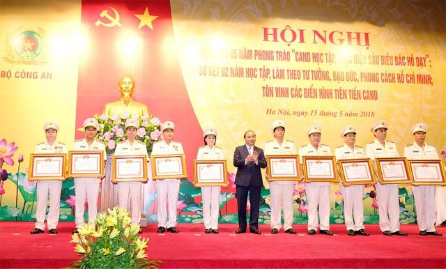 Thủ tướng trao tặng bằng khen cho 12 cá nhân có thành tích thi đua xuất sắc