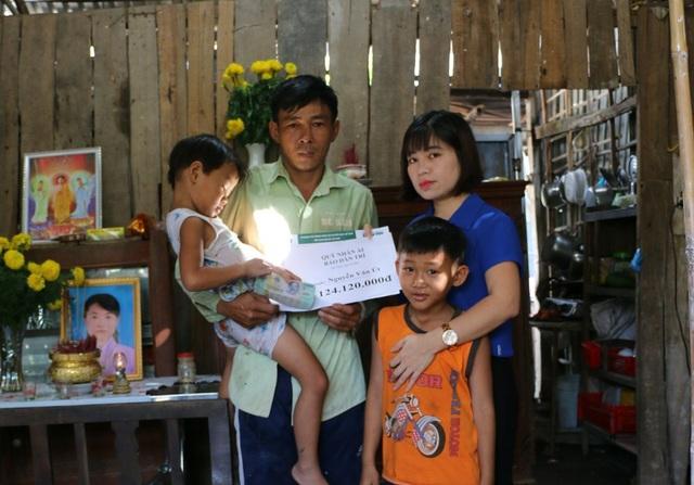Nhà báo Phạm Tâm - Phó trưởng đại diện báo Dân trí tại ĐBSCL trao số tiền hơn 124 triệu đồng của bạn đọc báo cho anh Út