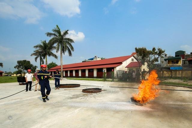 Một bài tập dập đám lửa bằng thiết bị cứu hỏa trên môtô phân khối lớn.