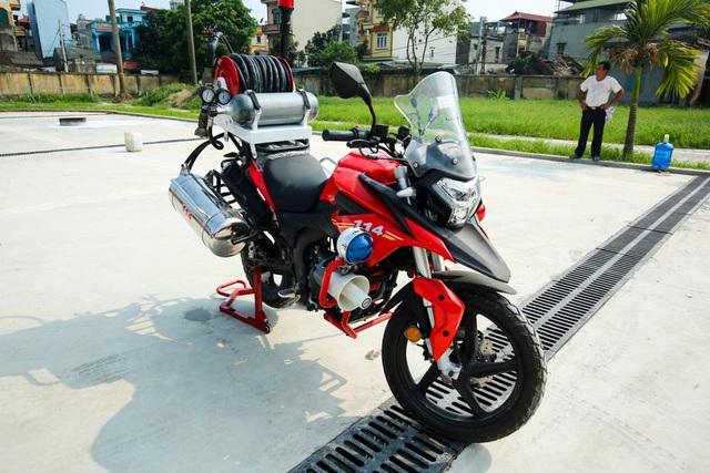 Môtô có động cơ 250 phân khối, tốc độ tối đa 120 km/h, thông số tiêu thụ nhiên liệu là 3,4 lít/100km.