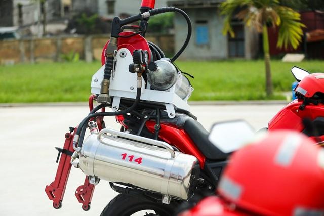 Dung tích bình chứa chất chữa cháy là 40 lít (2 bình 20 lít), cuộn vòi phun dài 30 mét và 01 lăng phun đa tác dụng với lưu lượng phun 22 - 23 lít/phút. Xe hiệu quả khi làm nhiệm vụ chữa cháy ban đầu, đến hiện trường và chữa cháy trước khi xe cứu hỏa lớn tiếp cận được.