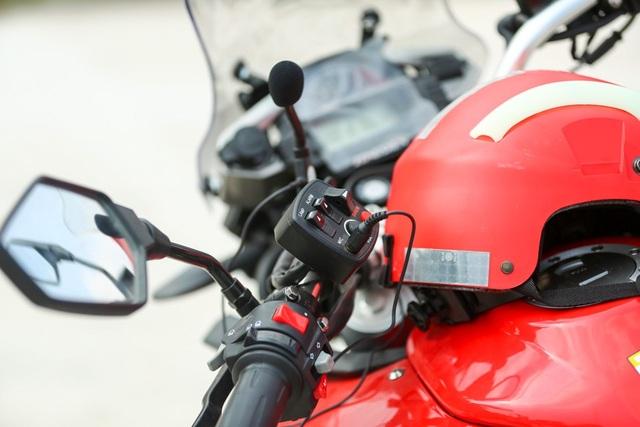 Đi kèm xe có mũ bảo hiểm kết nối bộ đàm để đảm bảo liên lạc, phối hợp giữa các chiến sĩ.