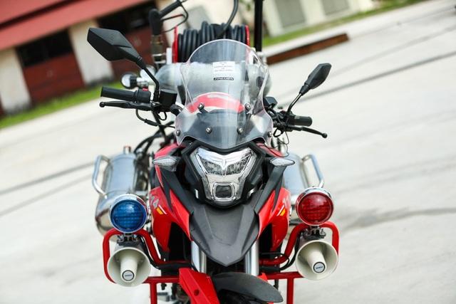 Xe được trang bị hệ thống còi, đèn ưu tiên như những chiếc xe cứu hỏa chuyên dụng khác. Đặc biệt, xe còn được trang bị hệ thống chống bó cứng phanh ABS.