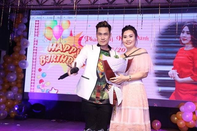 Tại buổi sinh nhật của nữ diễn viên vừa qua, ca sĩ Khánh Phương dù phải đi Quảng Ninh chạy show nhưng anh vẫn ghé qua tặng hoa và bất ngờ lên sân khấu hát tặng Kim Oanh Phan.