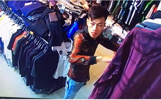 Nam thanh niên vờ quay lại cửa hàng quần áo lấy đồ rồi trộm luôn chiếc xe máy của chủ cửa hàng (Ảnh: Cắt từ clip)