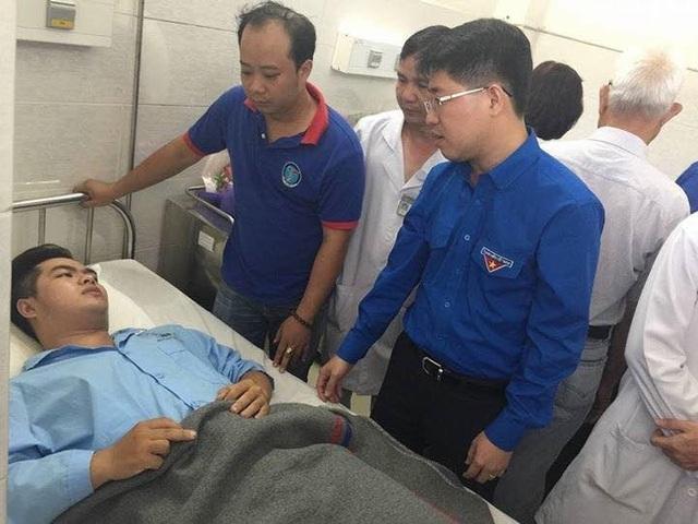 Đại diện Ban Thường vụ Trung ương Đoàn TNCS Hồ Chí Minh thăm hỏi sinh viên hiệp sĩ Nguyễn Đức Huy vào chiều ngày 15/5