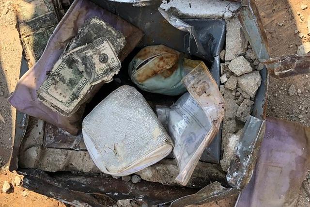 Số tiền, kim cương và ngọc bích mà vợ chồng nhà Emanuel đào được ở sân nhà khi đang trồng cây. (Nguồn: Matthew Emanuel)