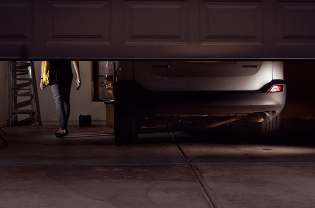 Với xe được trang bị hệ thống khởi động bằng nút bấm, do không cần thao tác tắt máy bằng chìa và rút chìa, nên nhiều tài xế dễ mắc lỗi ra khỏi xe mà không tắt máy. (Ảnh minh họa: New York Times)