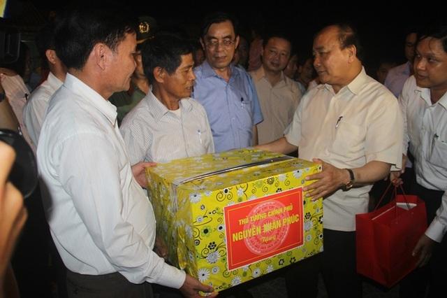 Thủ tướng tặng quà động viên Ban Quản lý cảng cá