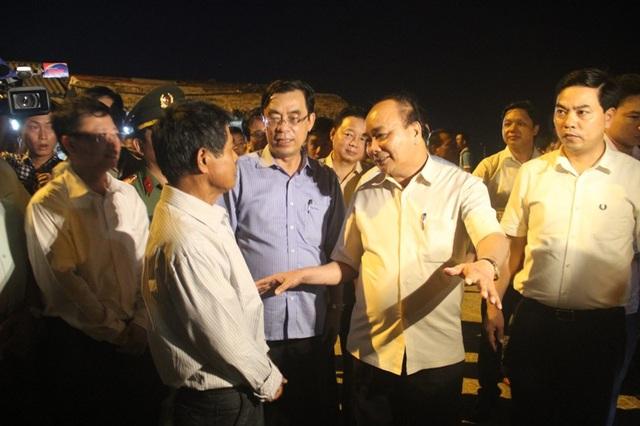 Thủ tướng thăm hỏi người dân tại bãi tắm Cửa Việt