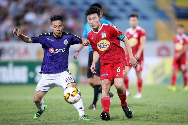Hàng tiền vệ của HA Gia Lai ít gặp áp lực phải dồn bóng cho Công Phượng, khi cầu thủ này không hiện diện trên sân, từ đó các hướng tấn công đa dạng hơn (ảnh: Gia Hưng)