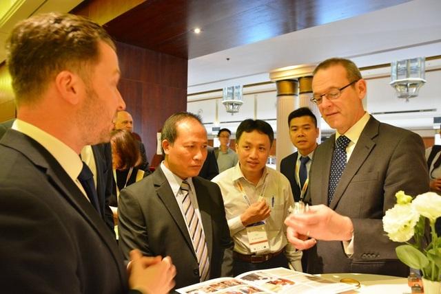 Ông Simon McDonald, Thứ trưởng Thường trực Bộ Ngoại giao Anh (bìa phải) trao đổi với ông Cao Quốc Hưng, Thứ trưởng Bộ Công Thương (thứ 3 từ phải qua) trong sự kiện
