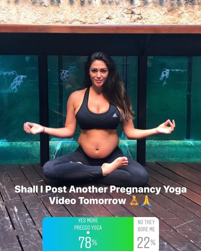 Casey Batchelor cố gắng tập yoga mỗi ngày để việc sinh nở dễ dàng hơn