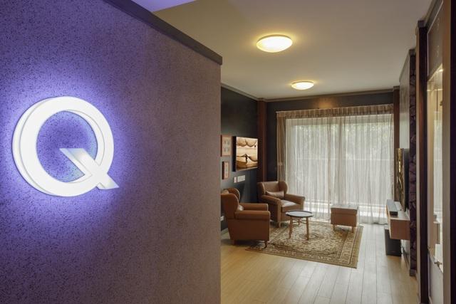 Biểu tượng Q-House được thiết kế cạnh cửa vào ngôi nhà.