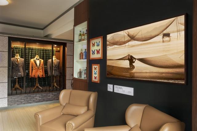 Trong căn hộ được thiết kế lấy cảm hứng từ bộ phim Kingsman. Từ hiệu may mặc cho tới bộ sưu tập rượu của nhà sản xuất Kingsman ở trong phim.