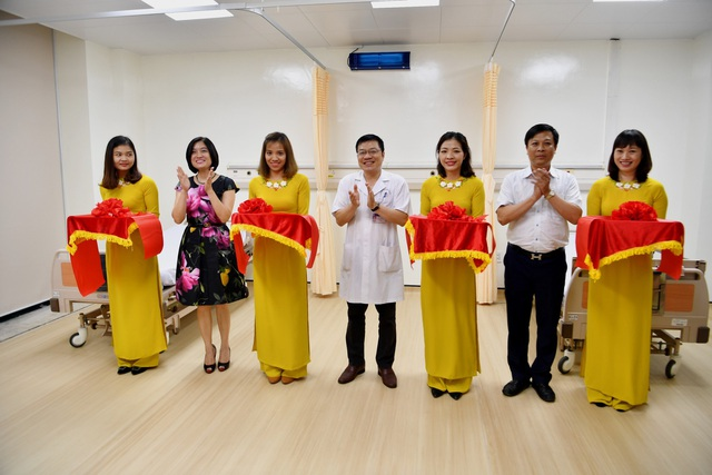 Lãnh đạo Vietcombank và lãnh đạo Bệnh viện Hữu Nghị cắt băng khánh thành 02 phòng bệnh tại Khoa Hồi sức tích cực - Chống độc