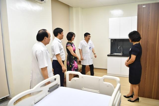 Các đại biểu tham quan phòng bệnh