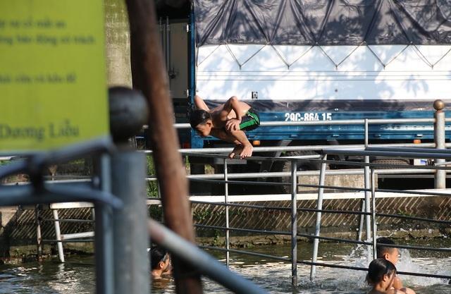 Ao có hệ thống lan can thép để hỗ trợ trẻ trong quá trình tập bơi.